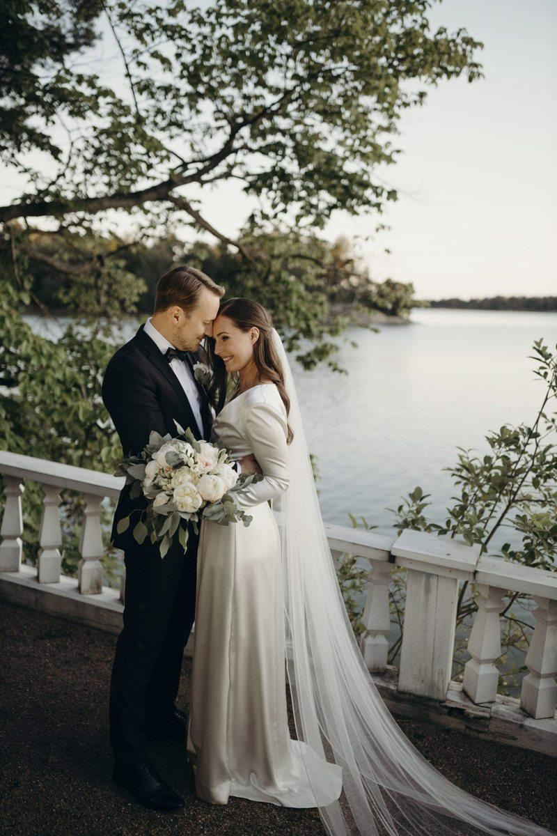 芬蘭總理馬林(右)與男友雷克南(左)2日在赫爾辛基總理官邸完婚。 美聯社