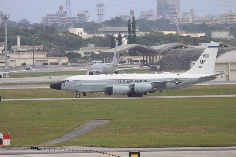 美軍被曝7月出動67架次前往南海。圖為衝神嘉手納基地的RC-135W偵察機。 中央社