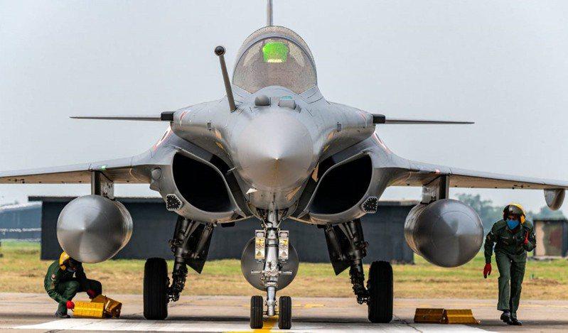 5月以來的中印邊境緊張情勢近期看似趨緩,但背地裡雙方都在各自增兵部署。其中,印度購自法國的五架疾風戰機已於7月底飛抵印度,印度空軍和印媒並聲稱,疾風戰機性能遠勝於中國的殲20戰機。圖/美聯社
