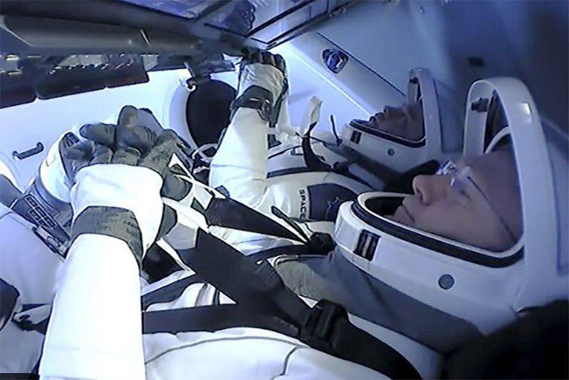 載有2名太空人的「飛龍號」太空船昨晚已離開國際太空站,預計今天返抵地球。(美聯社) SpaceX首次成功將太空人送上外太空的任務,將在今天結束。(美聯社)