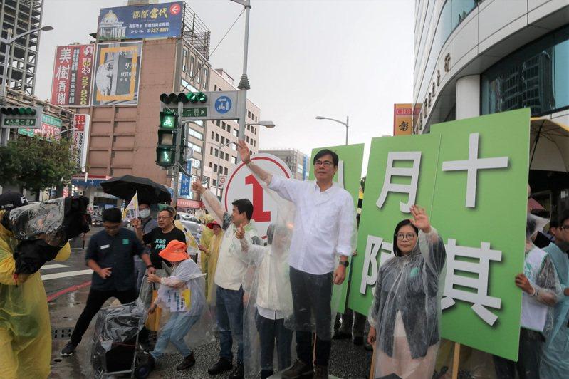 民進黨高雄市長補選候選人陳其邁(前右2)3日一早在民進黨立委管碧玲(前右)等人陪同下,在大順、博愛路口拜票,向往來人車揮手致意,爭取支持。 中央社