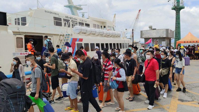 颱風哈格比掠過台灣北部海面,交通部航港局表示,今天共有4航線,計42航次停航。 中央社