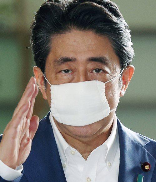 日本政府配發給民眾的小尺寸布口罩被戲稱為「安倍口罩」。 歐新社