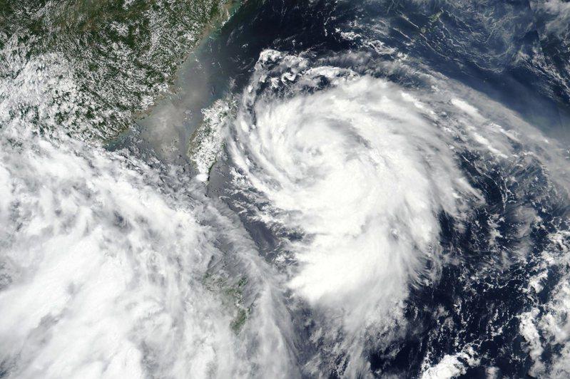 中央氣象局預測,今天深夜到明天清晨,將有機會解除颱風哈格比(圖)的海上颱風警報。圖/美聯社