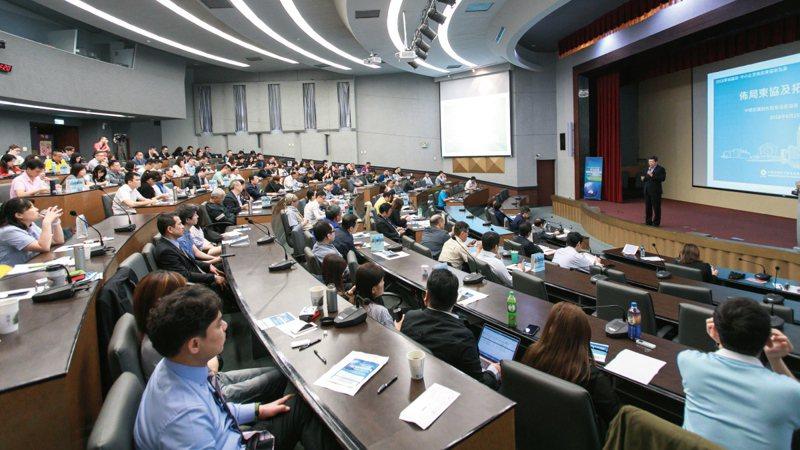 EMBA在台灣發展二十餘年,已開始面臨轉型升級壓力,各校也絞盡腦汁在各方面推陳出新。 賴永祥