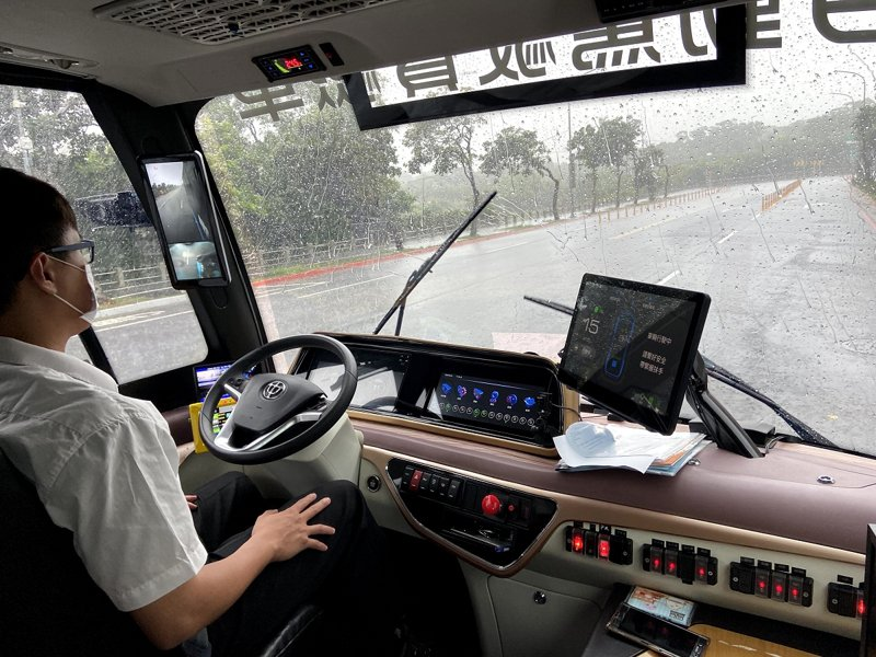 新北市智駕電動巴士開始載客運行測試,由於感測器似乎過度敏感,市議員希望交通局盡快改善。 圖/紅樹林有線電視提供