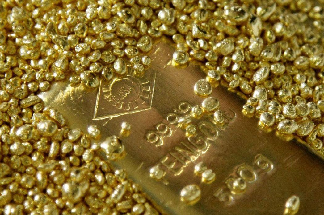 黃金現貨創下歷史新高後直逼2,000美元大關。 (路透)