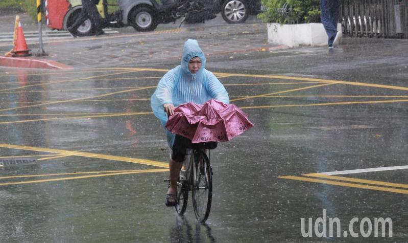 輕度颱風哈格比今天影響台灣最劇烈,中央氣象局今天針對全台11縣市發布大雨特報。記者許正宏/攝影