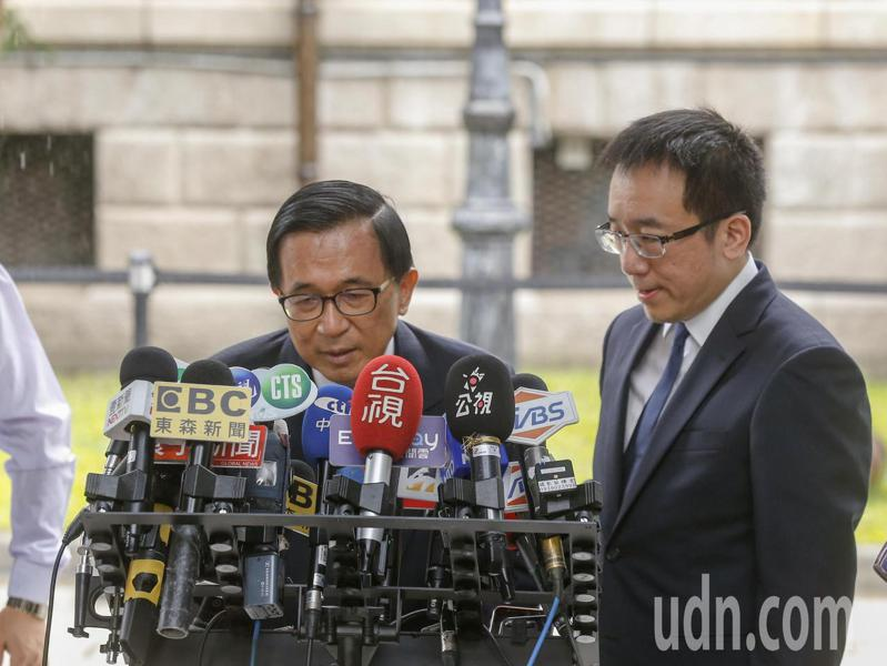 前總統陳水扁(左)上午在兒子陳致中(右)陪同下前往台北賓館追思故總統李登輝。記者鄭超文/攝影