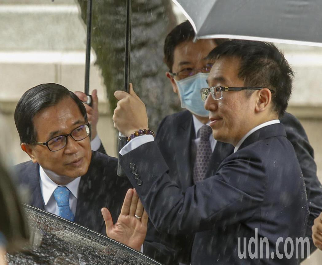 前總統陳水扁(左)上午在兒子陳致中(右)陪同下前往台北賓館追思故總統李登輝。記者...
