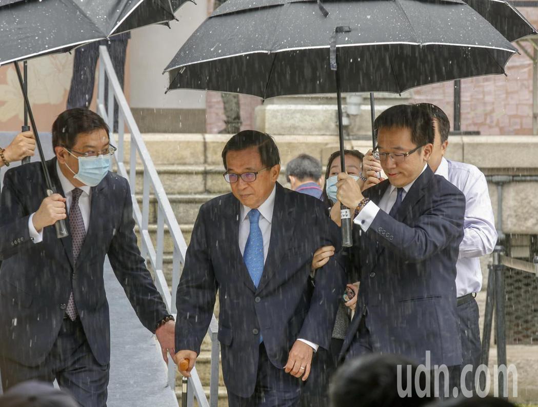 前總統陳水扁(中)上午在兒子陳致中(右)陪同下前往台北賓館追思故總統李登輝。記者...