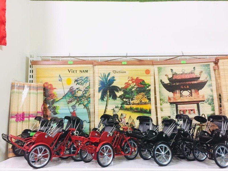 台中東協藝文社販售東南亞國家和特色商品,偽出國也可買得開心。圖/台中市社會局提供