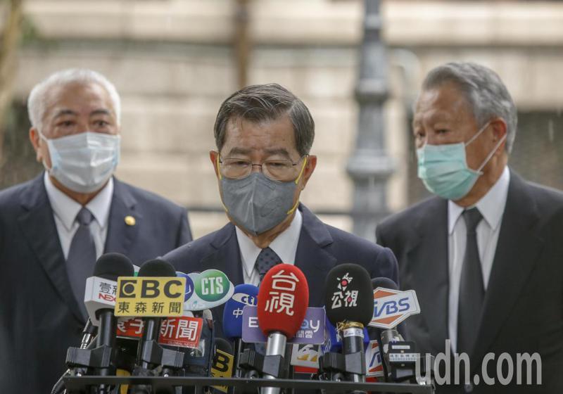 故總統李登輝的追思會場設在台北賓館第三天,上午前副總統蕭萬長(中)等前往弔唁。記者鄭超文/攝影