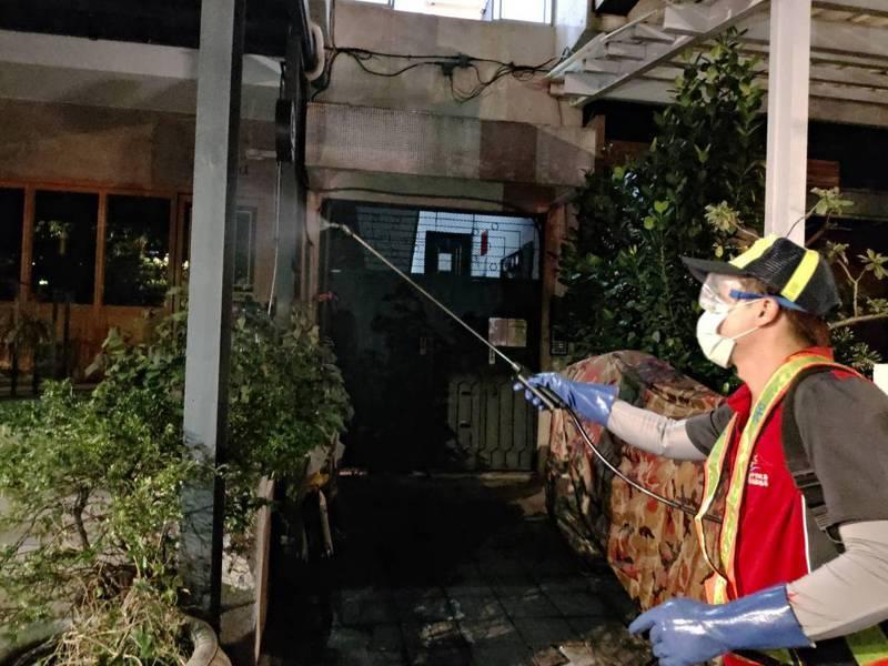 比利時工程師疑在台感染新冠肺炎,環保局人員急忙到他曾駐足的台中市兩家酒吧消費消毒。圖/台中市政府提供