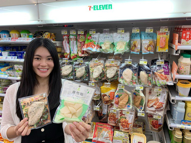 7-ELEVEN去年12月底開始區域測試,將配菜、小吃等商品以吊掛方式陳列,成功...