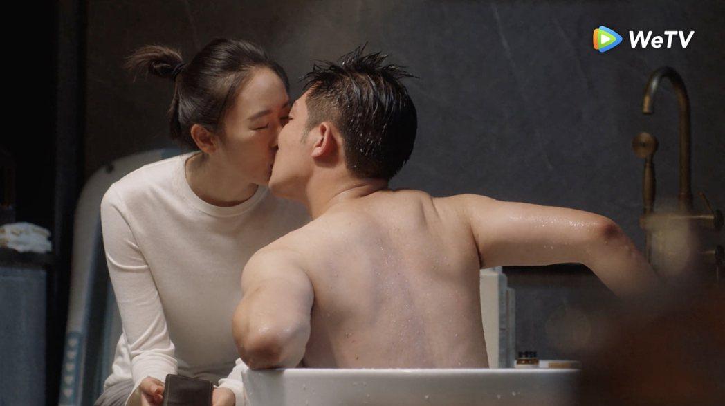 李澤鋒(右)在「三十而已」浴缸前吻老婆童瑤,掩蓋自己偷吃罪惡感。圖/WeTV提供