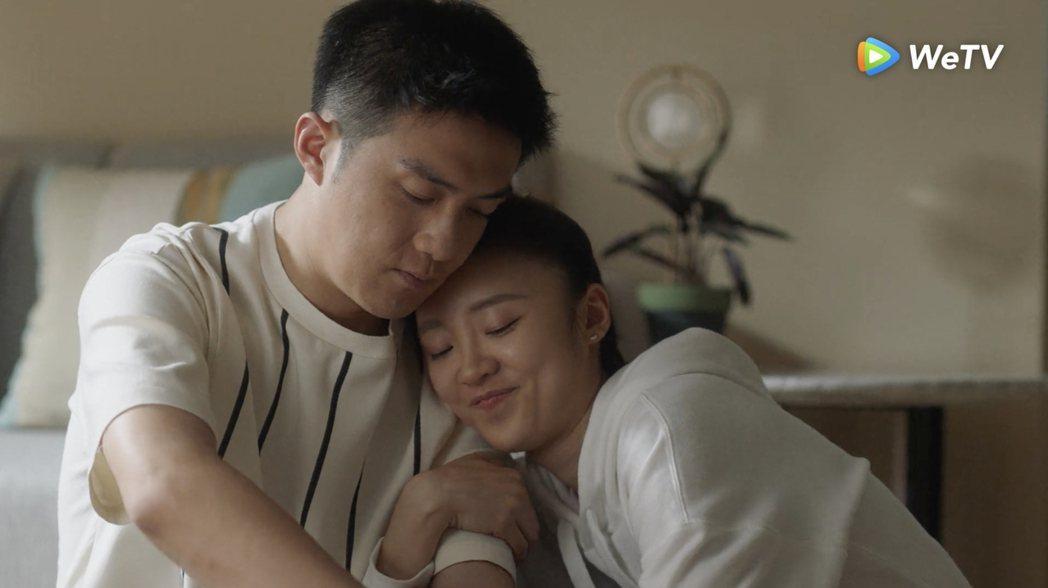 李澤鋒(左)在「三十而已」偷吃擁小三入懷。圖/WeTV提供