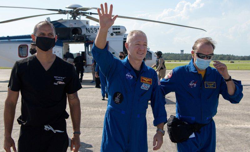 SpaceX「天龍號」太空艙8月2日成功躲過熱帶風暴「伊薩亞斯」,將兩名太空人順利載回地球。 路透