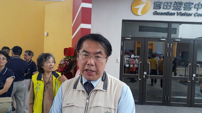 台南市長黃偉哲表示,將要求在室內必須戴口罩和保持社交距離,違者將開罰,先以業者為對象。記者周宗禎