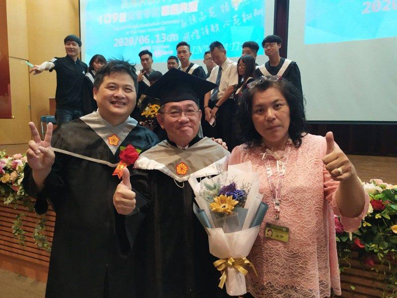 高苑科技大學碩士生薛乃源(左一)或學校推舉入圍2020總統教育獎,最終獲得奮發向上優秀學生獎項鼓勵,校方譽為「高苑之光」。圖/高苑科大提供