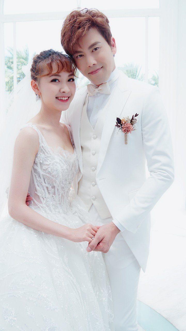 林玟誼(左)和余秉諺在「炮仔聲」中終於結婚。 圖/凱瑟琳婚紗提供