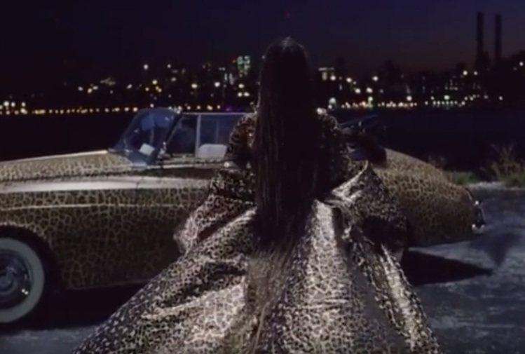 外罩的斗篷整體線條保留VALENTINO標誌性的浪漫古典元素,超長的衣擺也讓碧昂...