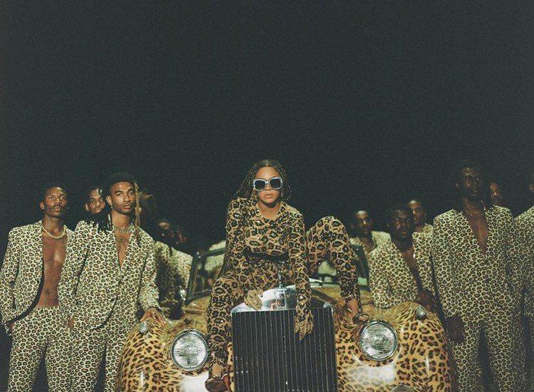 碧昂絲推出了最新的視覺專輯《Black Is King》,她在首波推出的單曲《A...