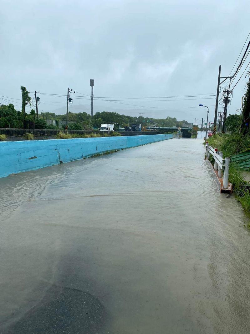 貴子坑溪、大度路下方涵洞出現淹水情況。 圖/截自臉書「台北之北投幫」社團