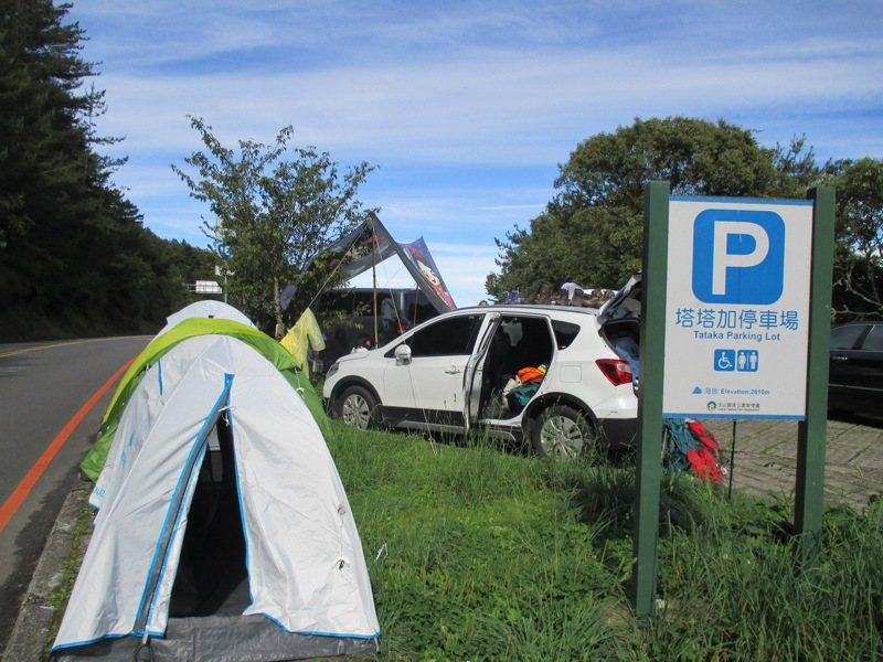 玉山國家公園塔塔加園區要求民眾露營車必須正常停放在停車格內,不占用停車場設帳、露營、野炊。圖/玉山國家公園提供