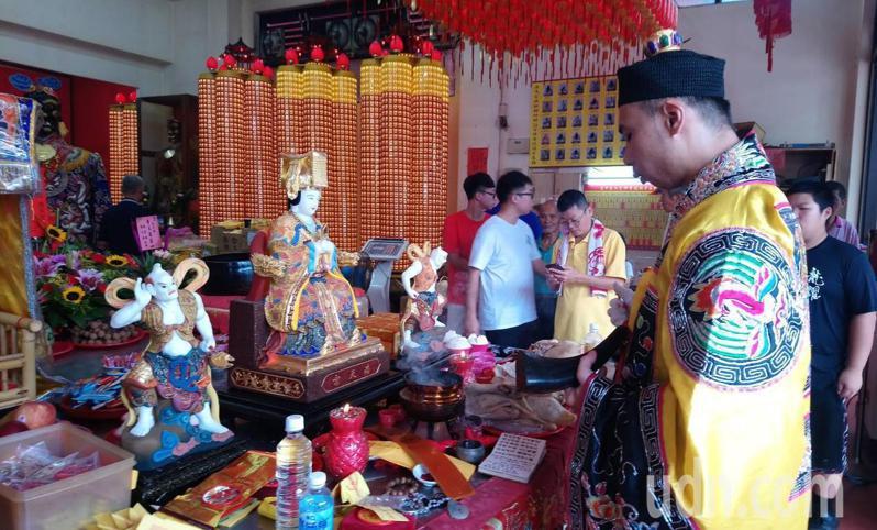 台中市梧棲區浩天宮獲贈的漢白玉媽祖神像,今天開光點眼。記者游振昇/翻攝