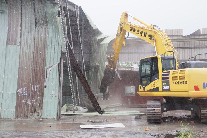 新北市政府今起執行五股垃圾山違建第四階段強拆。圖/新北市工務局提供