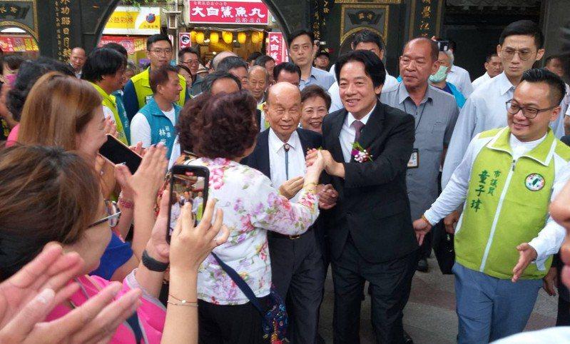 副總統賴清德敬獻「福裕德澤」匾額給基隆市慶安宮,今前往慶安宮參加揭匾儀式,受到民眾熱情歡迎。記者邱瑞杰/攝影