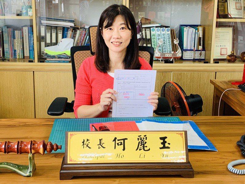 台南茄拔國小校長交接,新任校長何麗玉是創校百餘年首位女校長。圖/校方提供