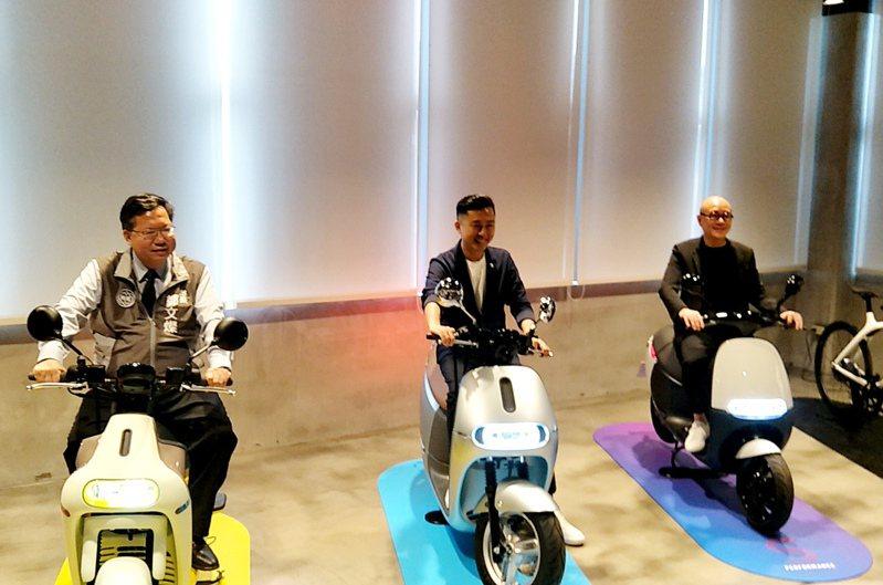 桃園市長鄭文燦(左)、新竹市長林智堅(中)與Gogoro執行長陸學森(右)試騎Gogoro電動機車,推廣電動機車降低空汙。記者曾增勳/攝影