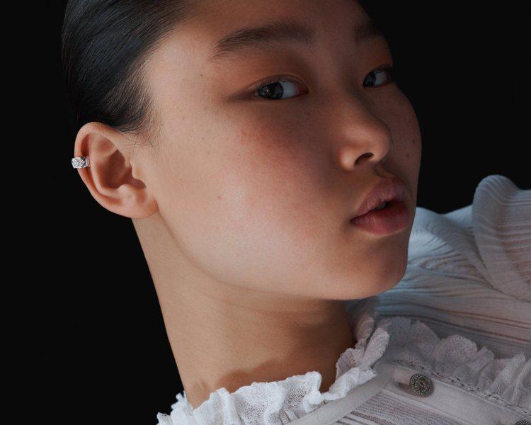 風格語彙四:不對稱。只取一對耳環其中的單只配戴。圖/香奈兒提供