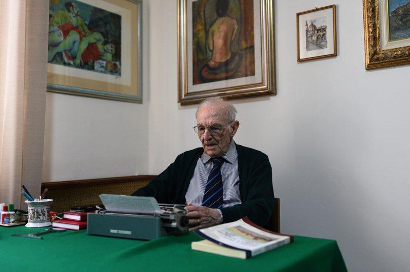 96歲的帕特諾去年11月4日在義國巴勒摩市的自家中,利用打字機準備一場考試。路透