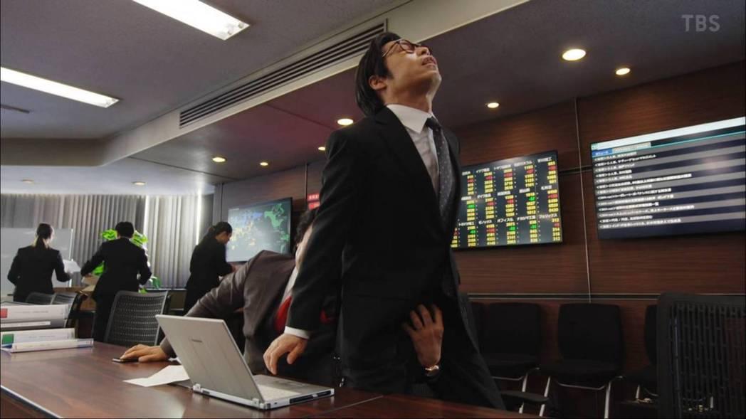 男下屬慘遭黑崎從後方襲擊。圖/摘自TBS