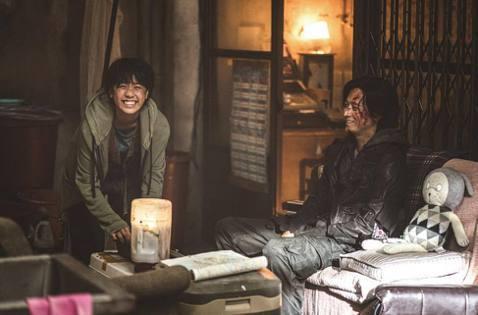 「屍速列車2:感染半島」於7月15日在台上映後蟬聯三周全台票房冠軍,截至2日累積票房已突破3億大關!該片在南韓目前也累積觀影人數已達343萬8651人次,票房突破299億韓幣(逾7億台幣)。「屍速列...