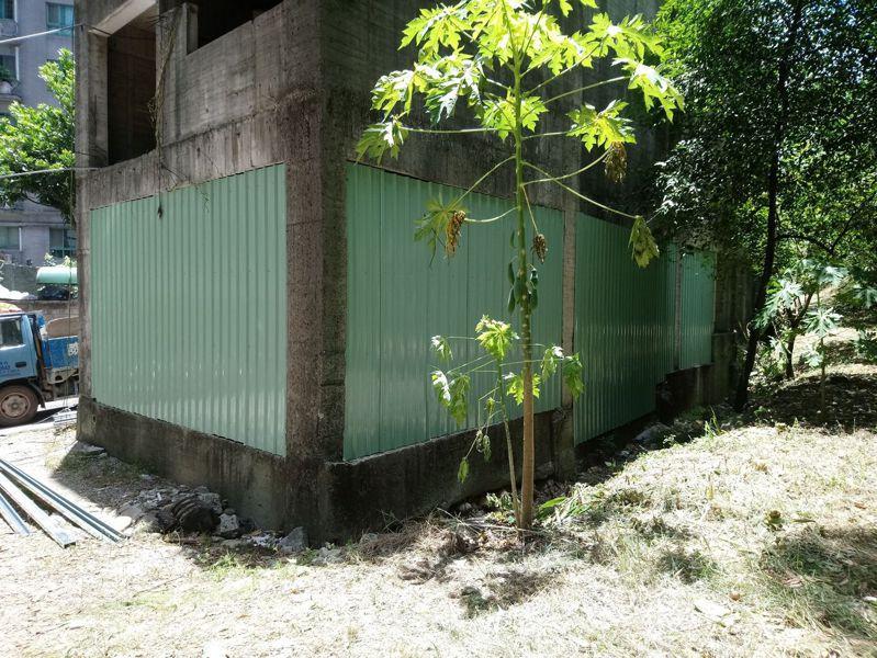 新北市府要求地主及承造人完成地下室抽水,並於建築物四周搭設圍籬、封閉出入口。圖/新北市工務局提供