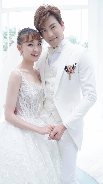 林玟誼(左)曝光在「炮仔聲」中與余秉諺的結婚照。圖/摘自臉書