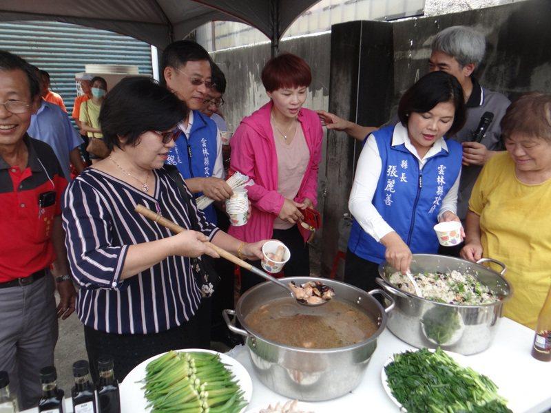 雲林縣府昨天推廣活動煮黑豆飯配黑豆雞湯,縣長張麗善(右二)直呼好吃又營養。記者蔡維斌/攝影