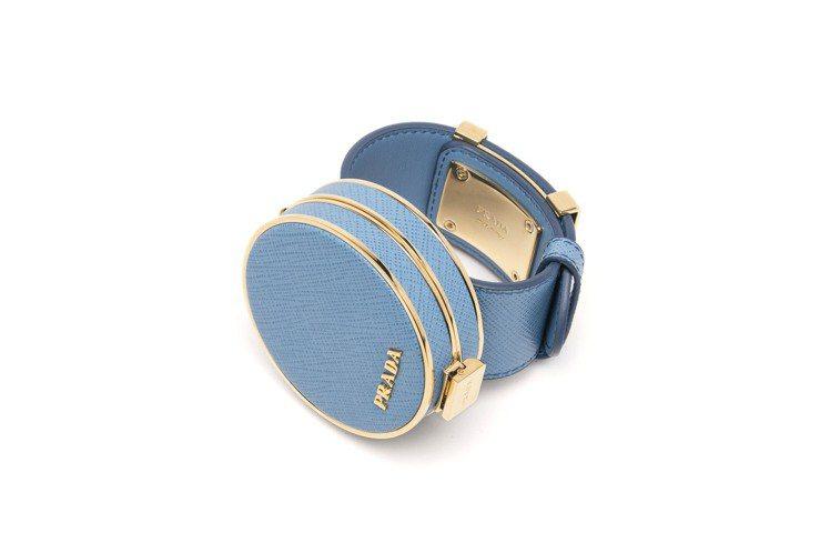 迷你珠寶盒手環、腰帶主要使用的是Saffiano皮革搭配金屬飾邊,內裡也有皮革襯...