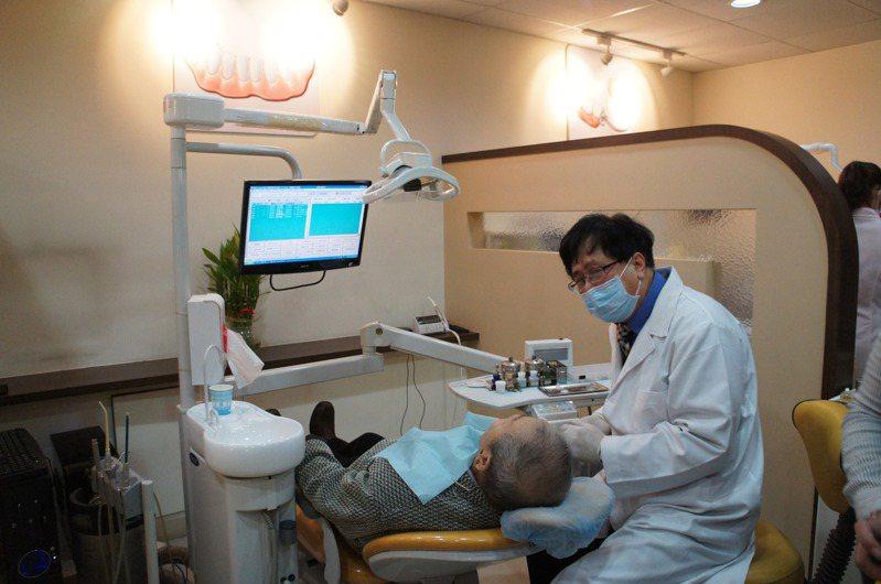 桃園市推動免費幫長者裝設假牙,已有4萬多名長者受惠。圖/桃園市衛生局提供