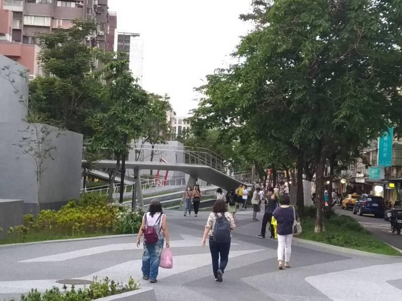 北市公園綠地少,台北捷運日前規劃雙連段線型公園時,有團體及民眾發起保留綠地行動。記者林麗玉/攝影