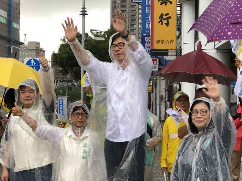 陳其邁(右二)昨天一早穿雨衣站路口揮手請託,不少支持者搖下車窗為他打氣。記者王慧瑛/攝影