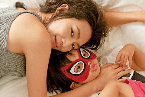 林辰唏帶3歲兒子一起拍攝「媽媽寶寶」封面,只是她小心保護兒子真實長相、從未曝光,拍攝前與兒子討論,兒子天真表示:「那我戴上面罩,還有人認出我嗎?就像蜘蛛人一樣。」讓問題變得簡單,自己也當了一整天「超...