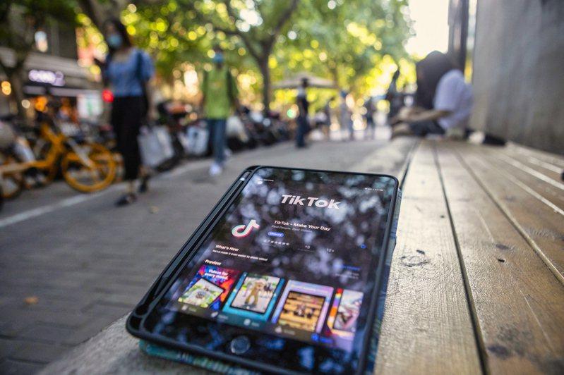 微軟爭取在九月十五日前完成收購TikTok的談判。圖為上海一個平板電腦三日顯示TikTok軟體。(歐新社)