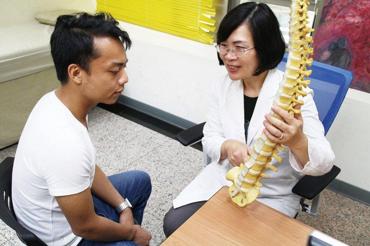 毛琪瑛指出,電療、熱敷、徒手治療、運動治療、衛教,及藥物、針劑或手術,都是治療痠...