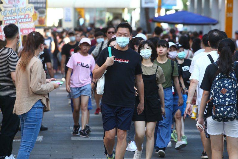 防疫新生活實施至今,民眾戴口罩者減少,也未保持一點五公尺以上距離。指揮中心呼籲,民眾出入公眾場合還是要戴口罩。圖/聯合報系資料照片
