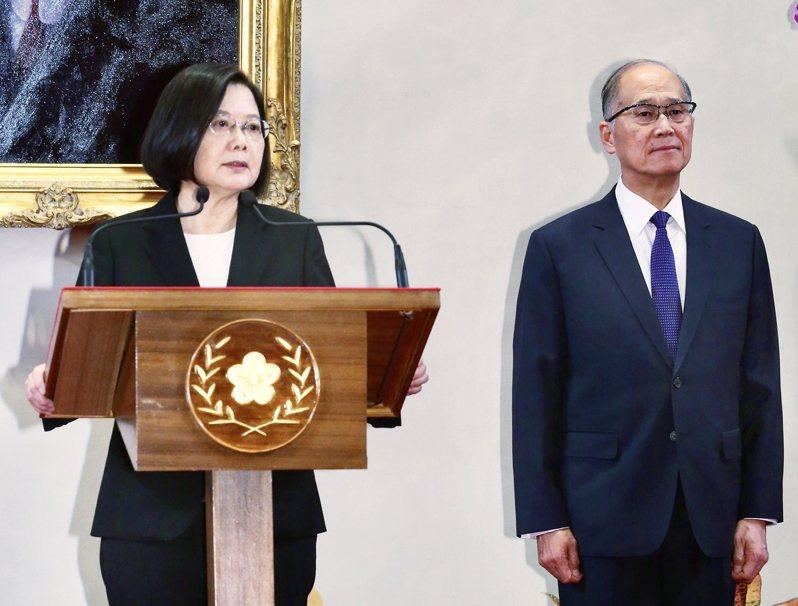 蔡英文總統(左)昨天宣布海基會董事長李大維(右)接任總統府秘書長。記者黃義書/攝影